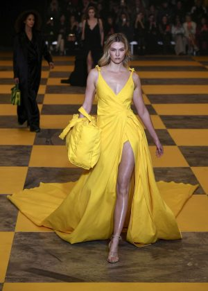 Karlie Kloss - Off-White Women's Runway Show in Paris
