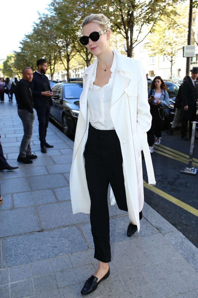 Karlie Kloss – Out at Paris Fashion Week in Paris