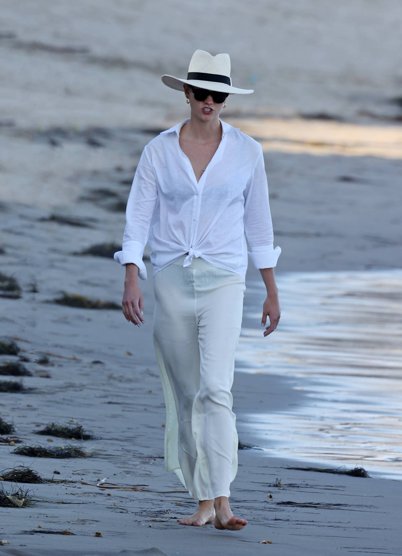 Karlie Kloss - Pictured on the beach in Santa Monica