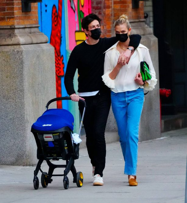 Karlie Kloss - With Joshua Kushner And Their Baby In Soho