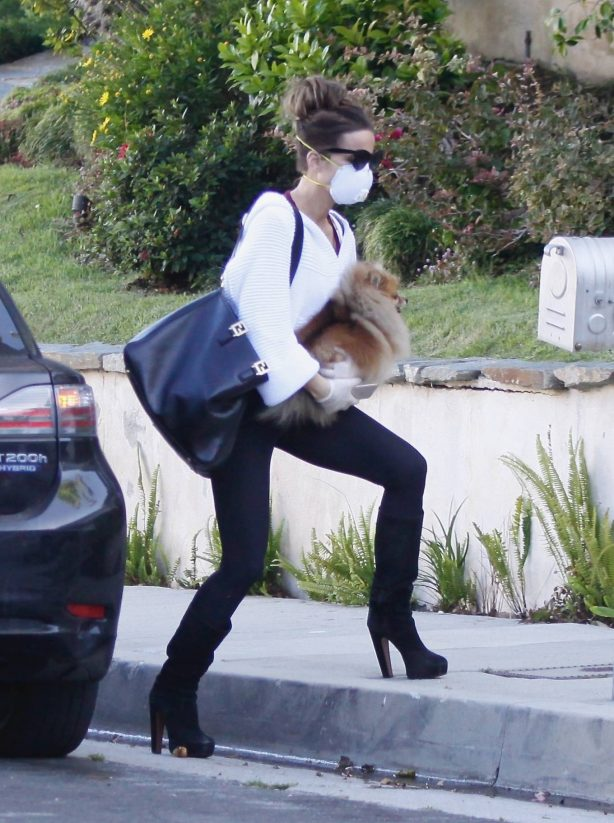 Kate Beckinsale - Arrives back to her home in Pacific Palisades
