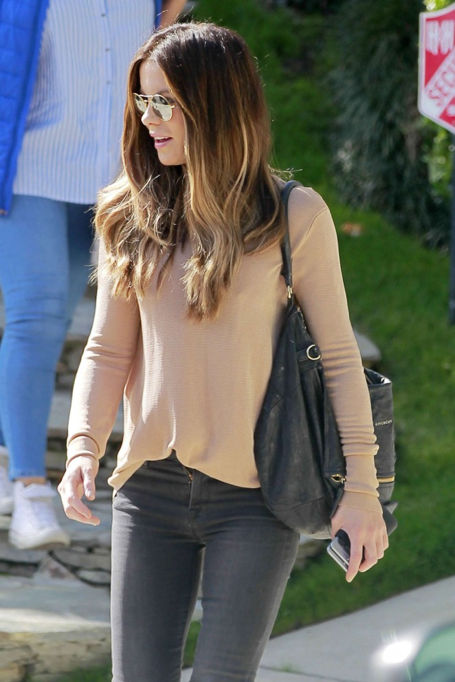 Kate Beckinsale in Tight Jeans -09