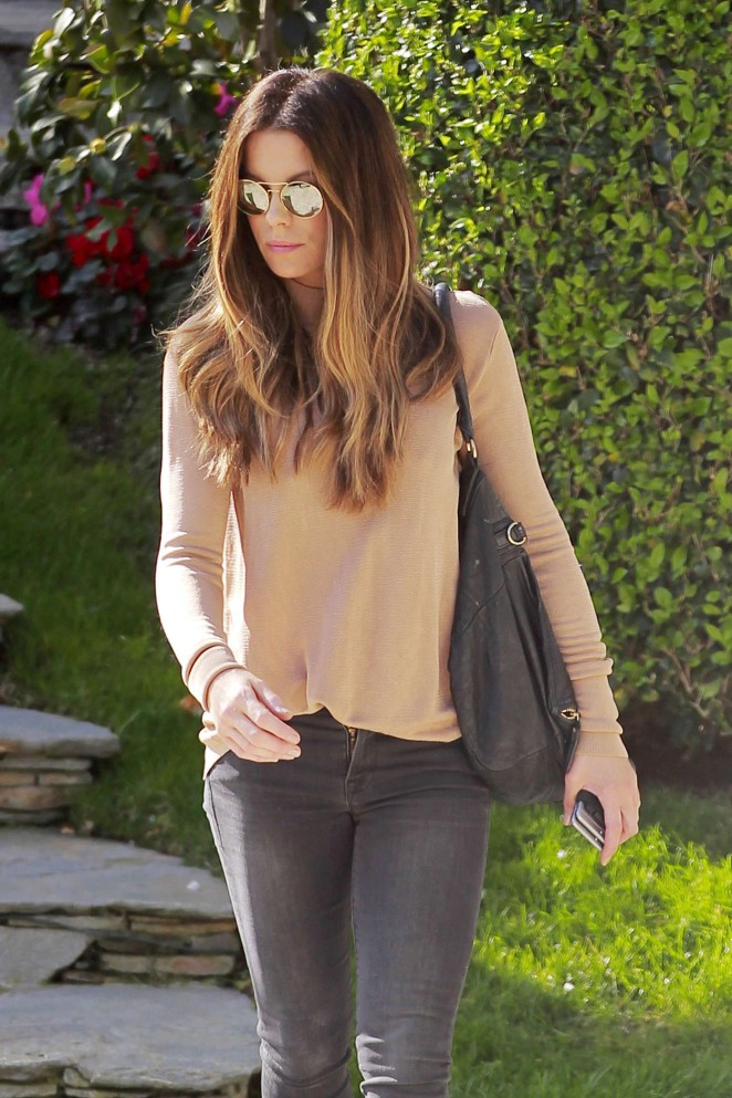 Kate Beckinsale in Tight Jeans -18