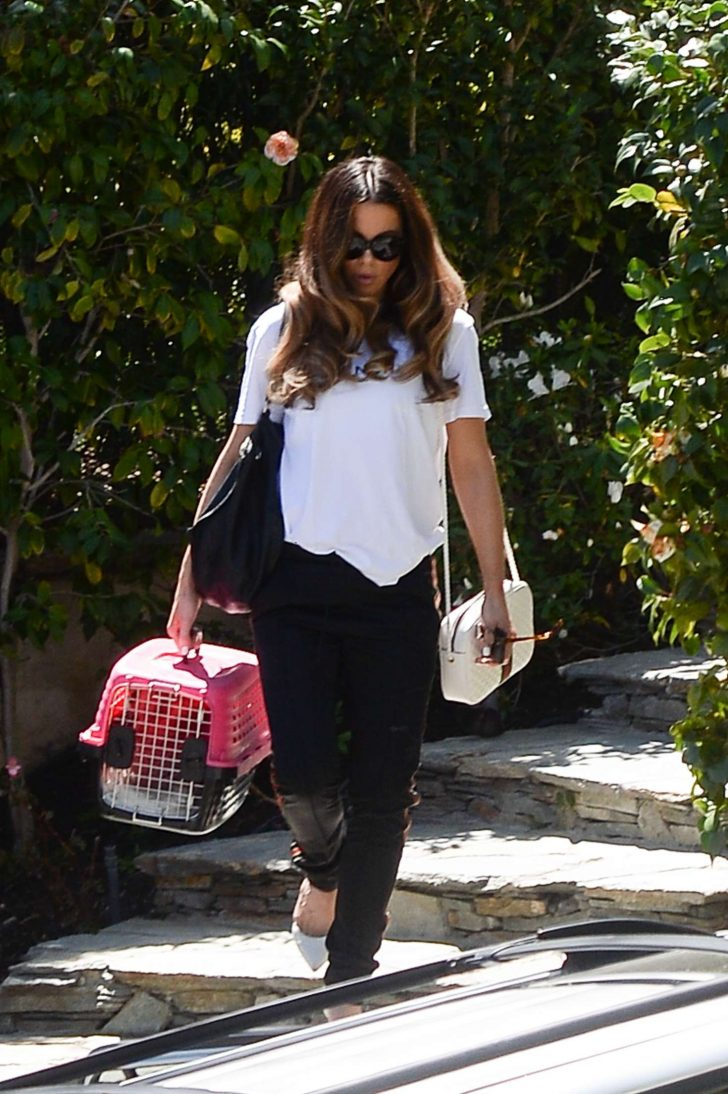 Kate Beckinsale: Takes her cat to work at the Smashbox studios -03