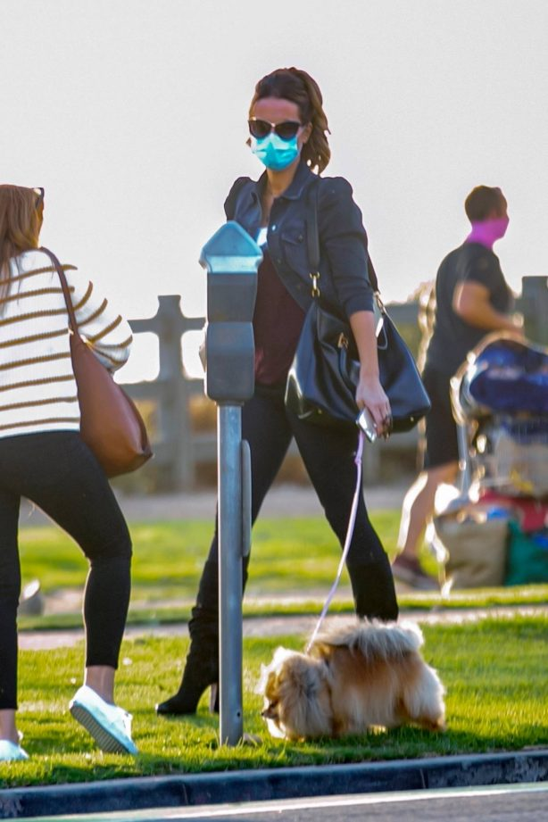 Kate Beckinsale - Walks her dog in Los Angeles