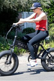 Kate Hudson and Goldie Hawn - Bike riding together in Pacific Palisades