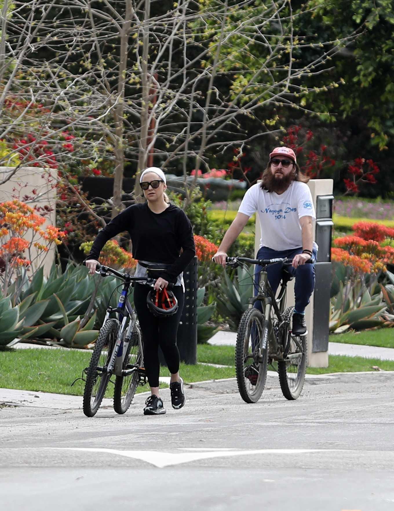 Kate Hudson 2020 : Kate Hudson – Bike Ride in Pacific Palisades-02