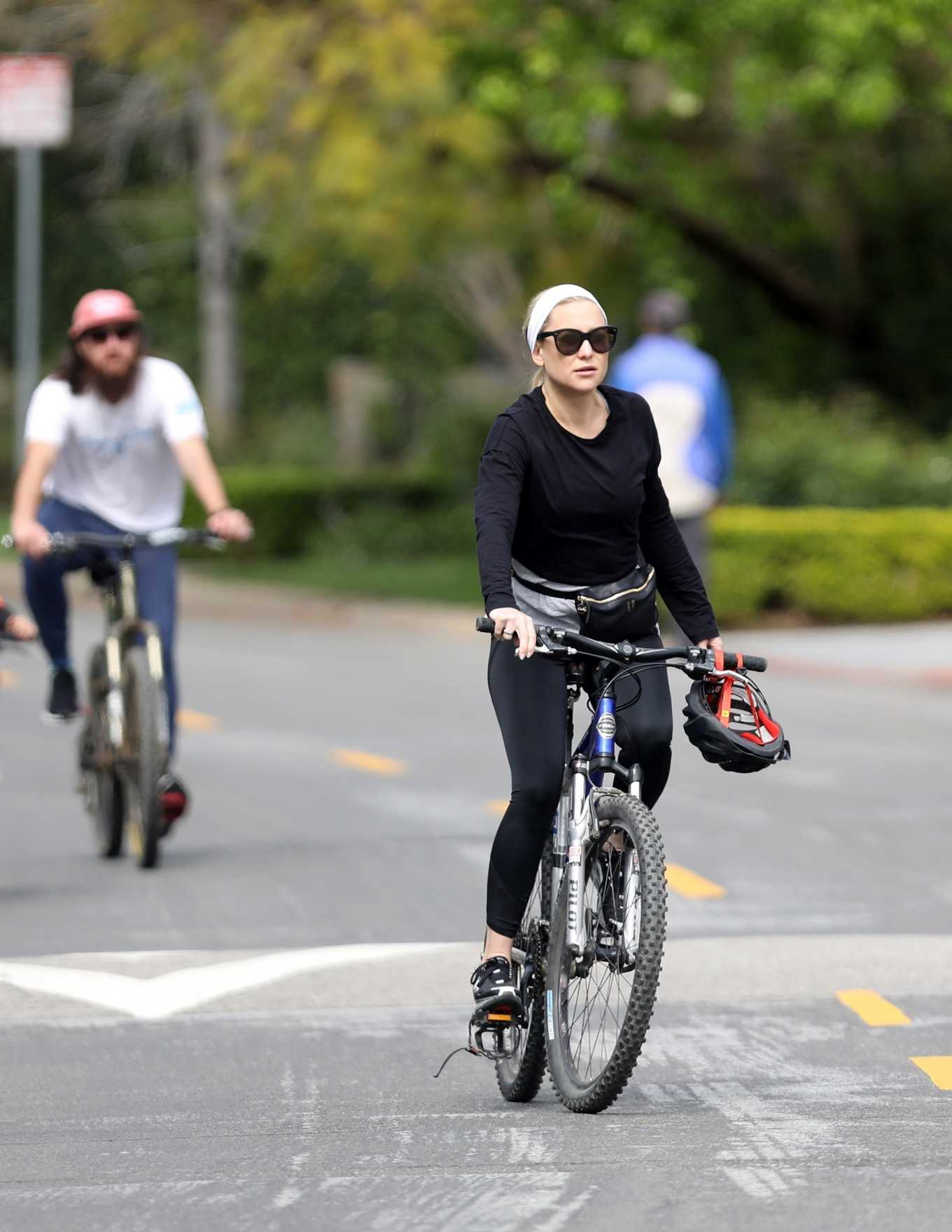 Kate Hudson 2020 : Kate Hudson – Bike Ride in Pacific Palisades-04