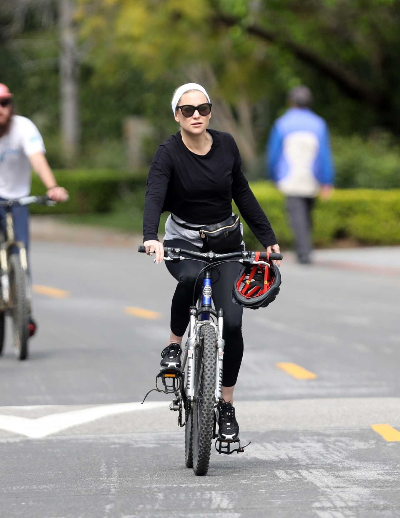 Kate Hudson 2020 : Kate Hudson – Bike Ride in Pacific Palisades-13
