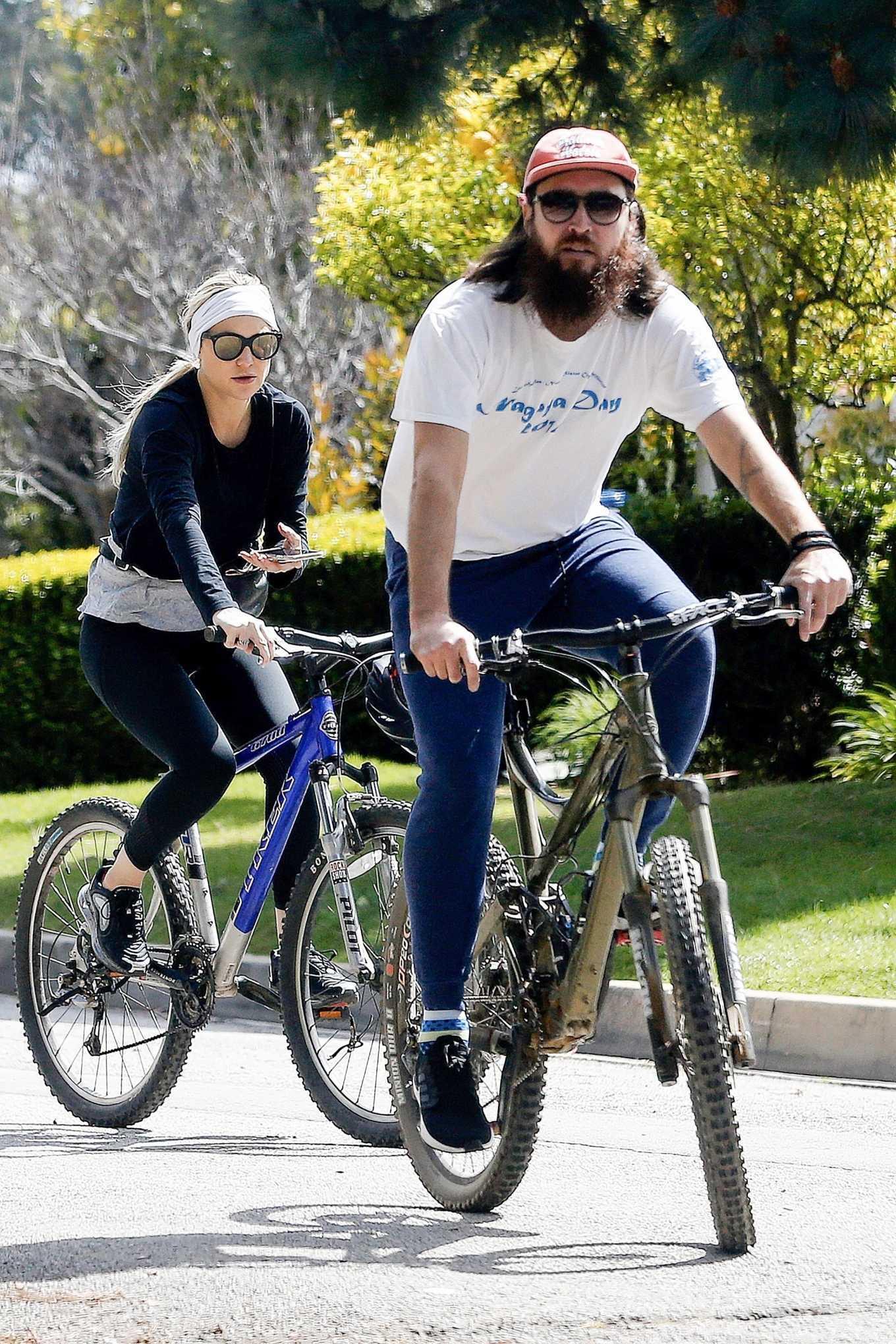 Kate Hudson 2020 : Kate Hudson – Bike Ride in Pacific Palisades-15