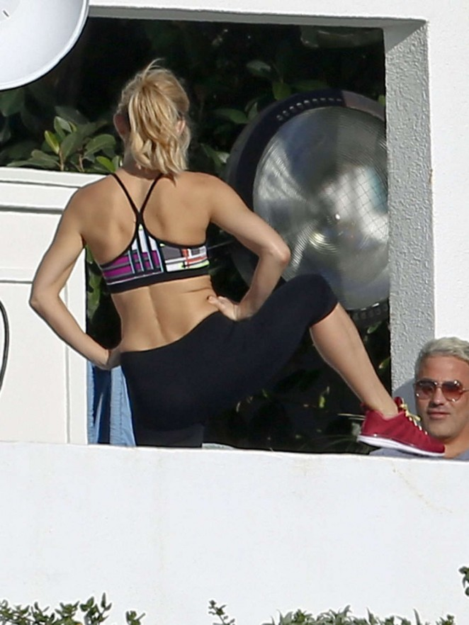 Kate Hudson – Fabletics Photoshoot in Malibu