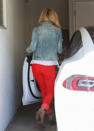 Kate Hudson Booty in Jeans - Leaving a salon in Beverly Hills