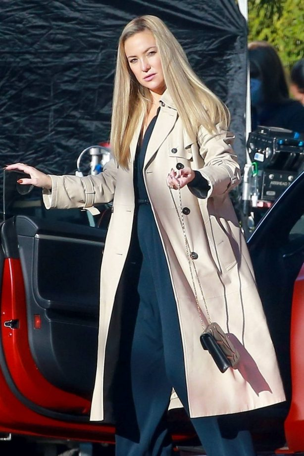 Kate Hudson - On the set for 'Truth Be Told' in Los Angeles