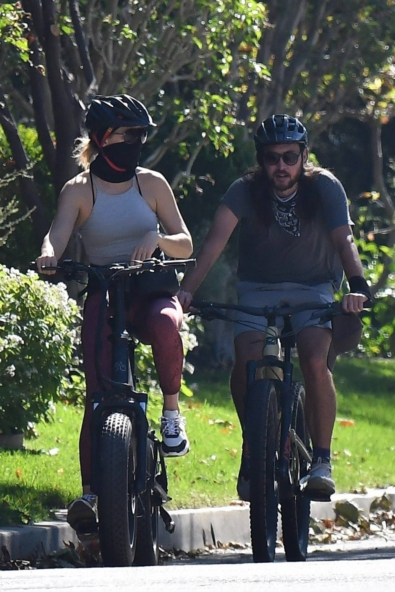 Kate Hudson 2020 : Kate Hudson with Danny Fujikawa and stepdad Kurt Russell – Rides bicycle in Brentwood-02