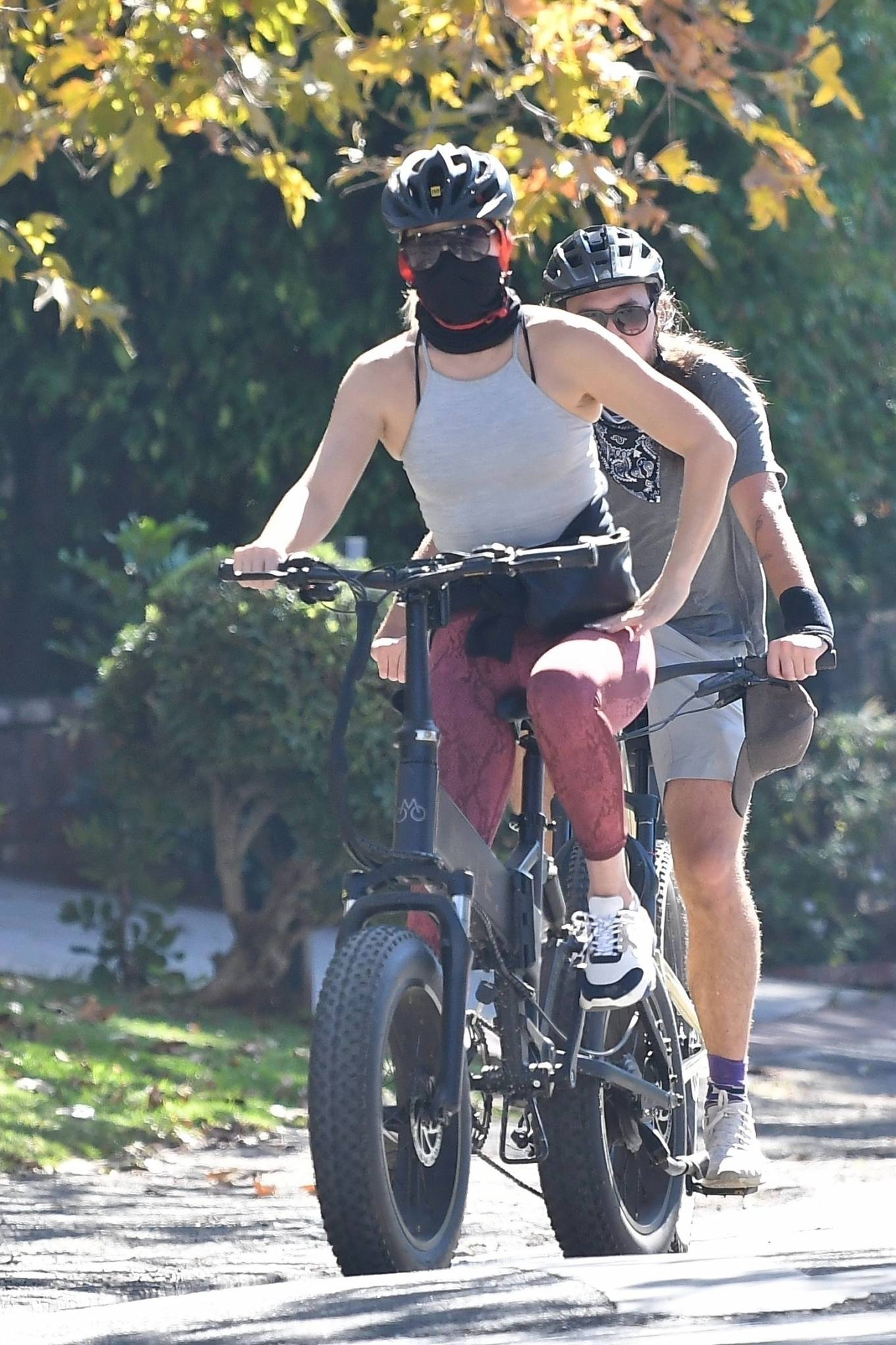 Kate Hudson 2020 : Kate Hudson with Danny Fujikawa and stepdad Kurt Russell – Rides bicycle in Brentwood-04