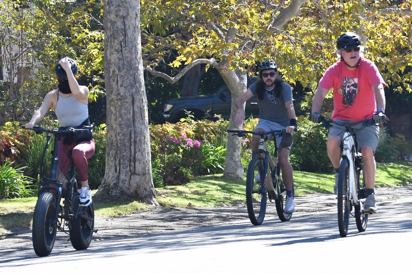 Kate Hudson 2020 : Kate Hudson with Danny Fujikawa and stepdad Kurt Russell – Rides bicycle in Brentwood-09