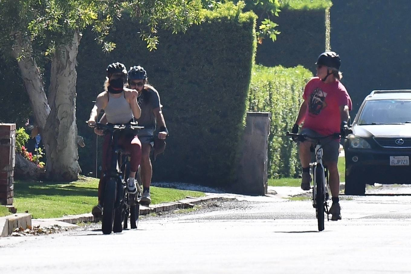 Kate Hudson 2020 : Kate Hudson with Danny Fujikawa and stepdad Kurt Russell – Rides bicycle in Brentwood-11