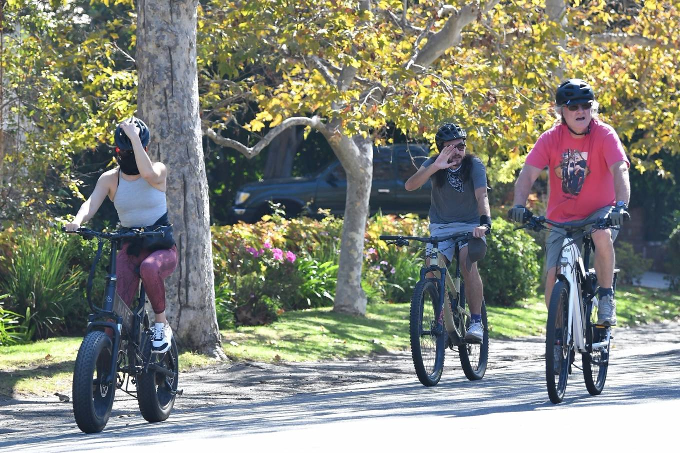 Kate Hudson 2020 : Kate Hudson with Danny Fujikawa and stepdad Kurt Russell – Rides bicycle in Brentwood-12