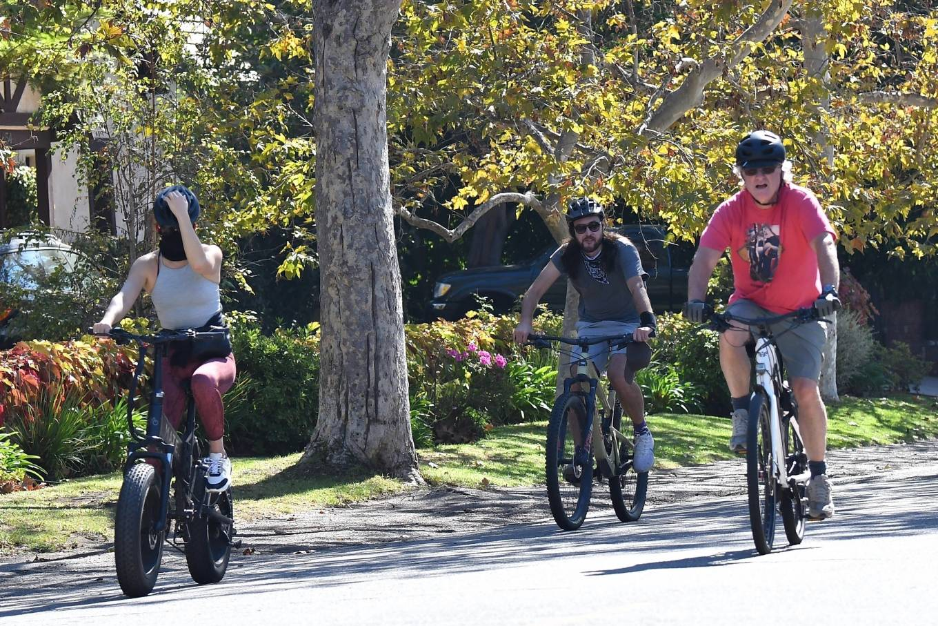 Kate Hudson 2020 : Kate Hudson with Danny Fujikawa and stepdad Kurt Russell – Rides bicycle in Brentwood-13