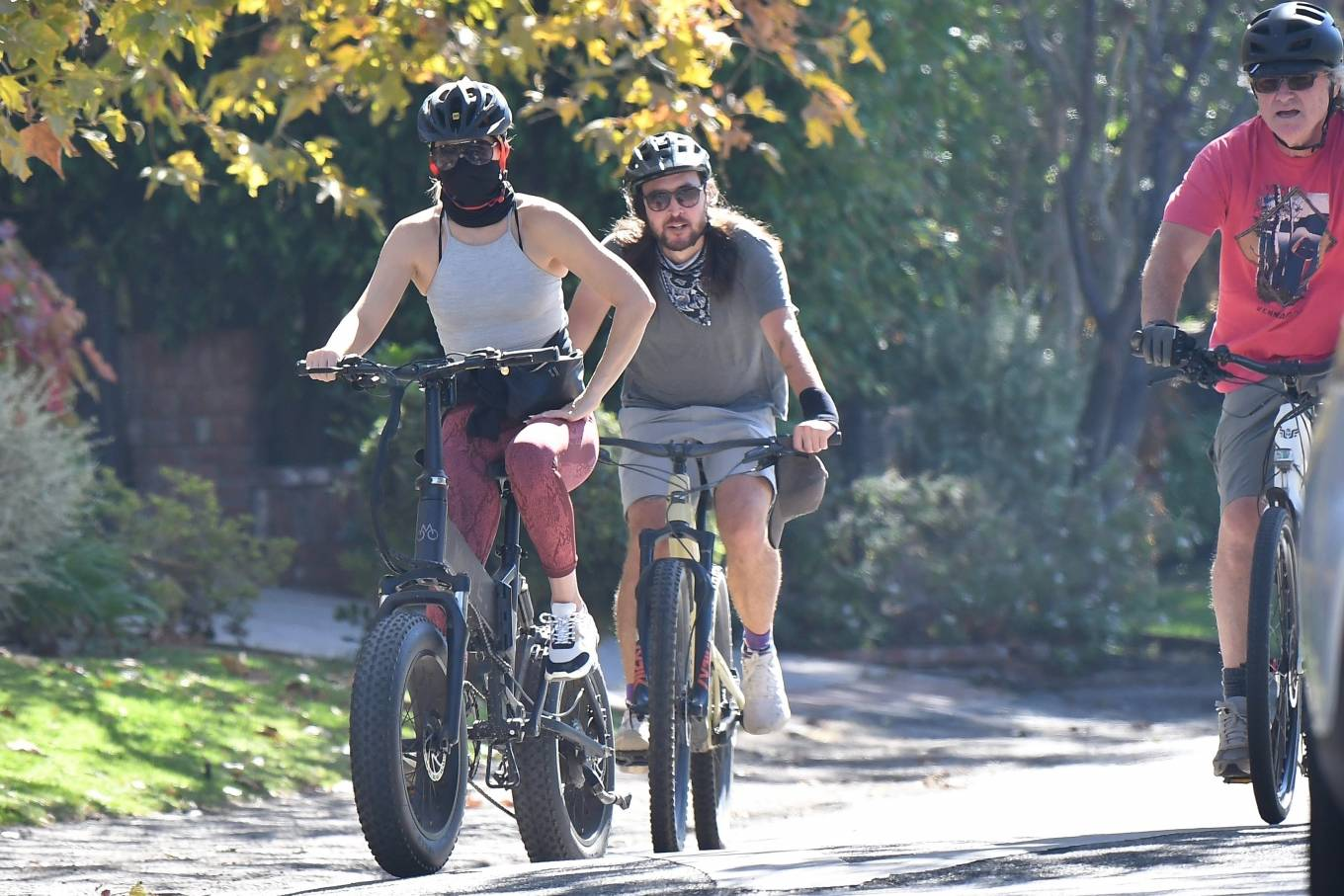 Kate Hudson 2020 : Kate Hudson with Danny Fujikawa and stepdad Kurt Russell – Rides bicycle in Brentwood-14