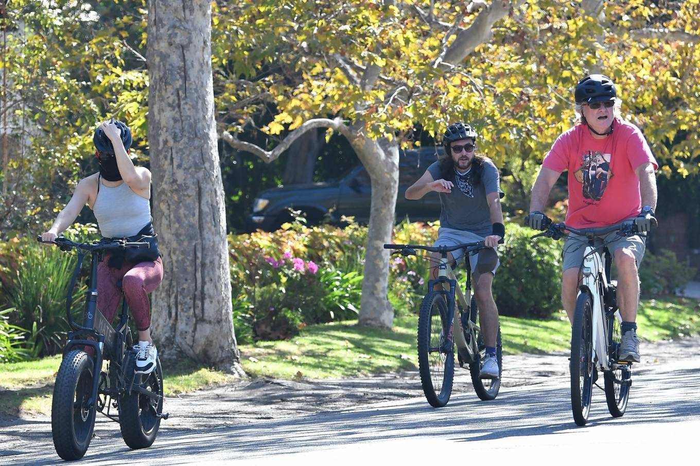 Kate Hudson 2020 : Kate Hudson with Danny Fujikawa and stepdad Kurt Russell – Rides bicycle in Brentwood-15