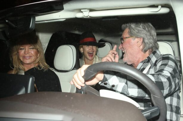 Kate Hudson - With her mom Goldie Hawn and Kurt Russell out in Santa Monica