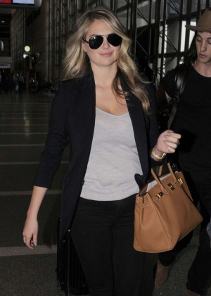Kate Upton - Arrives at Los Angeles International Airport