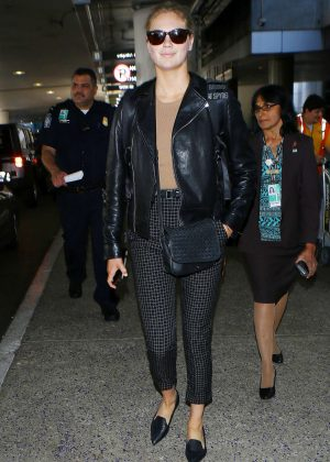 Kate Upton - Arriving at Los Angeles International Airport
