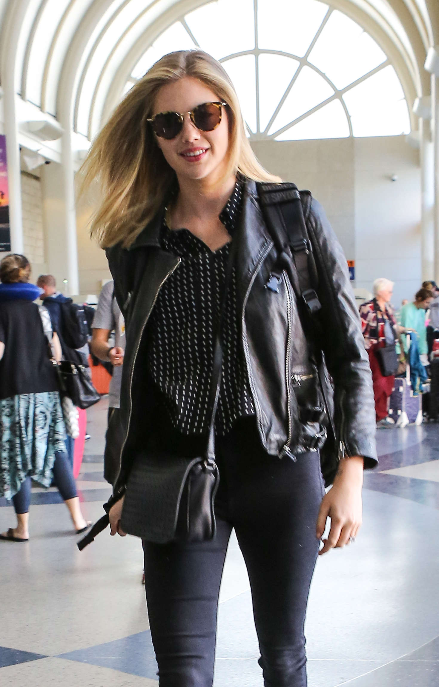 Julianne Hough Images >> Kate Upton in Jeans at LAX Airport in Los Angeles