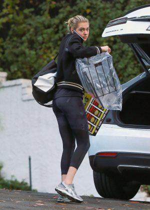kate upton in spandex heading to a friends house in la