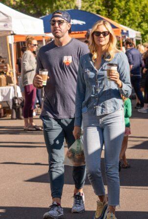 Kate Upton - Strolls the Saturday Market in Aspen
