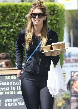Katherine Schwarzenegger - Grabbing coffee in Brentwood