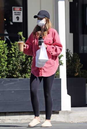 Katherine Schwarzenegger - Picking up lunch and coffee in Brentwood