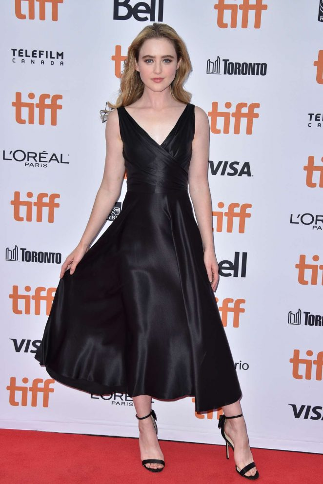 Kathryn Newton en une robe de soirée noire simple col en V et sandale noire