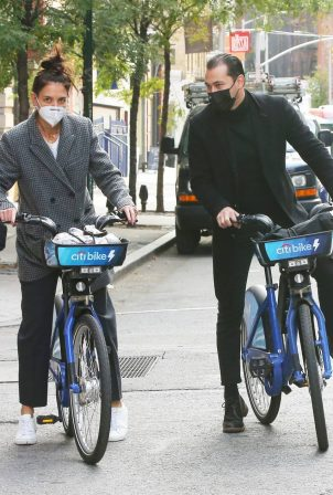 Katie Holmes and boyfriend Emilio Vitolo - Seen biking in New York