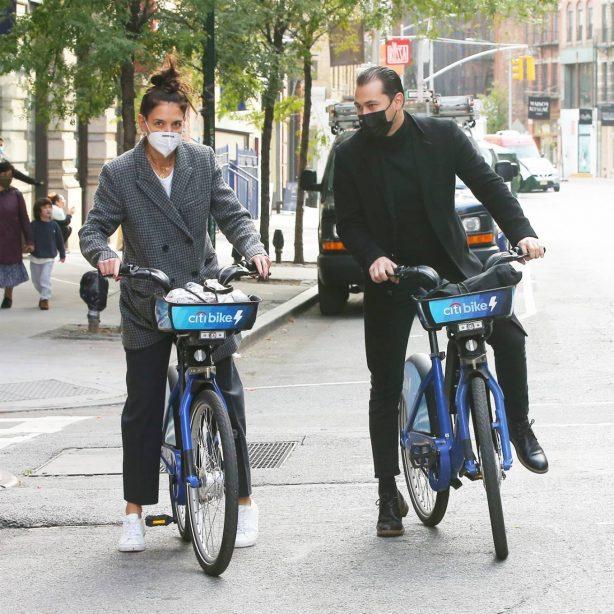 Katie Holmes and boyfriend Emilio Vitolo - Seen biking in New York