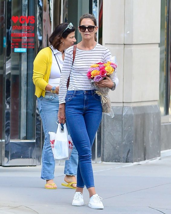 Katie Holmes 2019 : Katie Holmes – Carry bouquet of roses in New York City-01