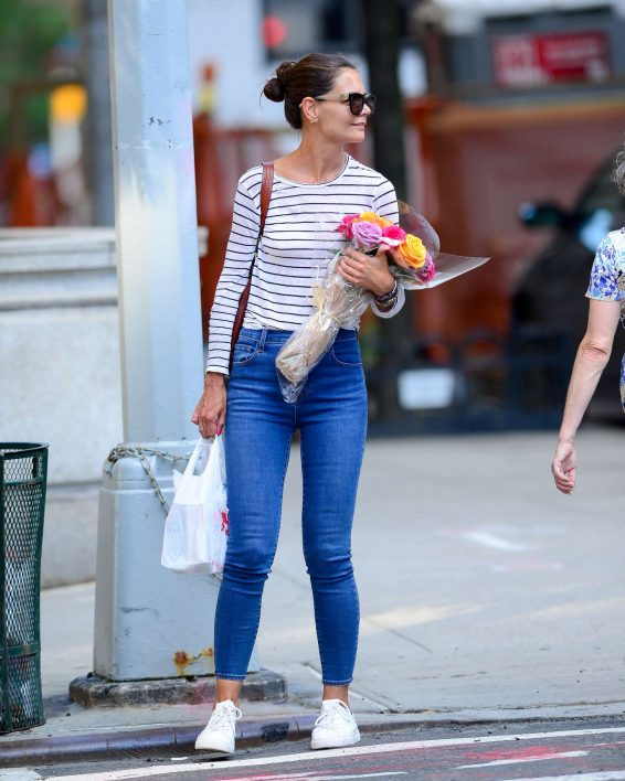Katie Holmes 2019 : Katie Holmes – Carry bouquet of roses in New York City-02