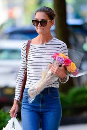 Katie Holmes - Carry bouquet of roses in New York City