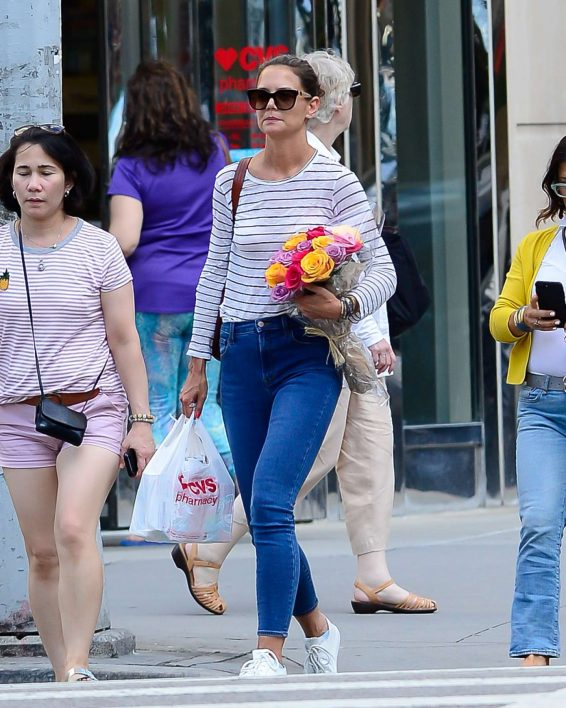 Katie Holmes 2019 : Katie Holmes – Carry bouquet of roses in New York City-11