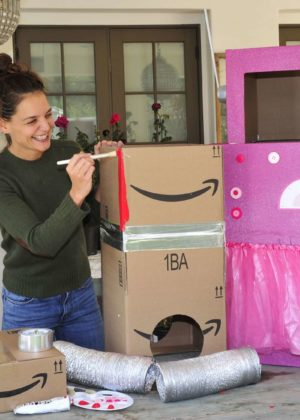 Katie Holmes - Creates Halloween boxtumes for her daughter in Santa Monica