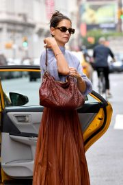 Katie Holmes - Grabs a cab in New York City