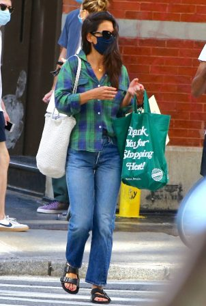 Katie Holmes - Grocery shopping in Soho - New York