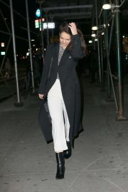 Katie Holmes - Heads to a Manhattan office building in New York City