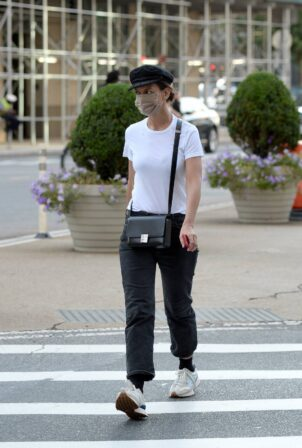 Katie Holmes - Leaving a nail salon in New York