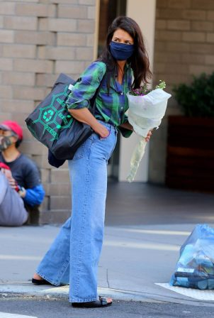Katie Holmes - Looks casual while shops at a Downtown Manhattan supermarket