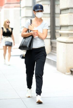 Katie Holmes - Out for a coffee in New York
