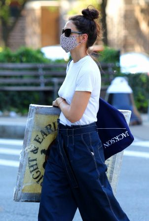 Katie Holmes - Out for shopp an artwork in NYC