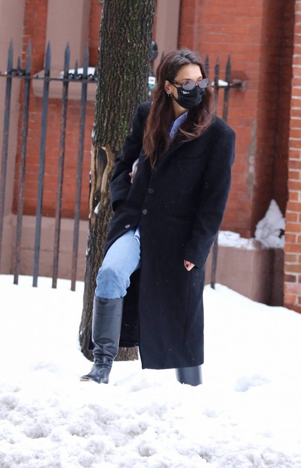 Katie Holmes - Out on snow in New York