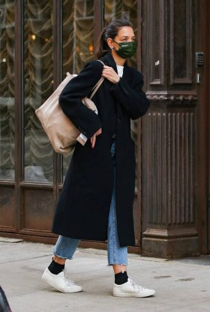 Katie Holmes - Returning to her studio in New York